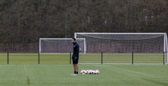 Vitesse speler Mori trainde gisteren mee met Jong Vitesse op het trainingscomplex op Papendal. Mori is van Israëlische komaf en mocht om die reden niet mee naar een trainingskamp in de Verenigde Emiraten.