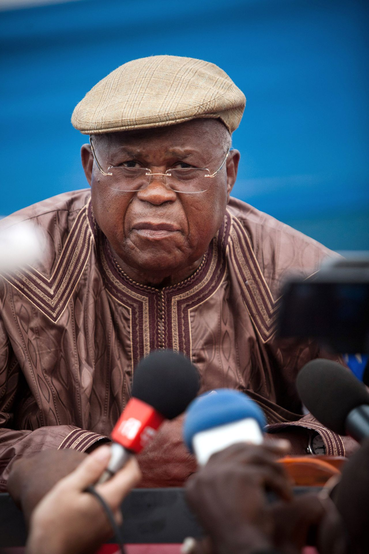 """Etienne Tshisekedi (C) leader of Democratic Republic of Congo's """"Union for Democracy and Social Progress"""" (UDPS) and presidential candidate listens to journalists questions following his arrival at Ndjili airport in Kinshasa on November 26, 2011. The last day of campaigning in Democratic Republic of Congo polls on Saturday descended into a stand-off between opposition leader Etienne Tshisekedi and police who blockaded his red Hummer as he tried to defy a rally ban. AFP PHOTO/GWENN DUBOURTHOUMIEU"""