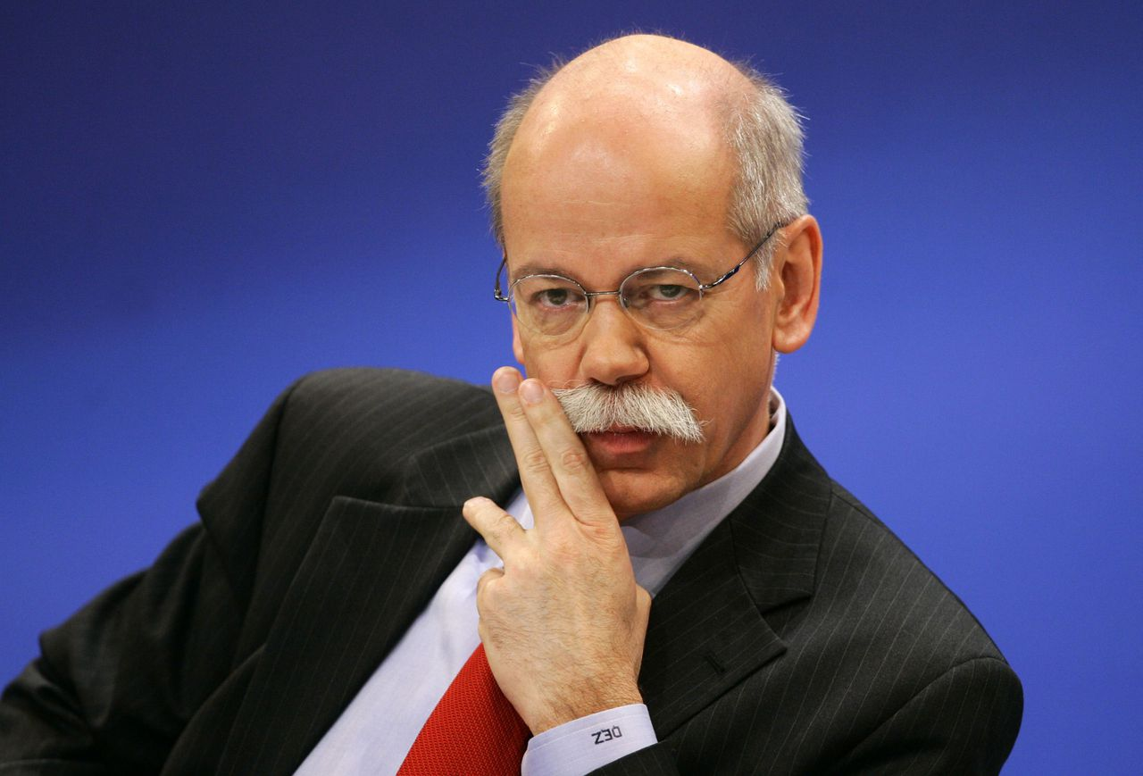 DaimlerChrysler bestuursvoorzitter Dieter Zetsche. Foto Reuters DaimlerChrysler Chief Executive Dieter Zetsche twitches his moustache during the annual news conference in the southern German town of Sindelfingen near Stuttgart February 16, 2006. DaimlerChrysler posted fourth-quarter operating earnings on Thursday that beat expectations thanks to a surprise profit at its premium division Mercedes Car Group. REUTERS/Alex Grimm