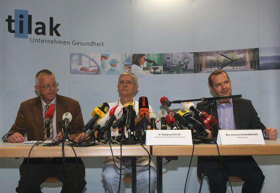 Wolfgang Koller (M), hoofd van de trauma-ic van het Landeskrankenhaus in Innsbruck, brengt in een persconferentie verslag uit over de toestand van prins Friso.