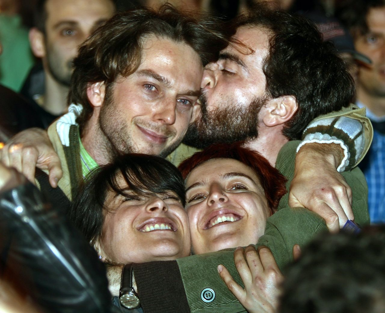 """Aanhangers van oppositieleider Prodi omhelzen elkaar op een kiezersbijeenkomst in Rome. Foto Reuters Supporters of Italy's opposition leader Romano Prodi's centre-left coalition embrace at a rally in central Rome April 10, 2006. Prodi claimed a knife-edge victory in Italy's general election on Tuesday, but Prime Minister Silvio Berlusconi's allies disputed the result and demanded a """"scrupulous"""" check of the count. REUTERS/Giampiero Sposito"""
