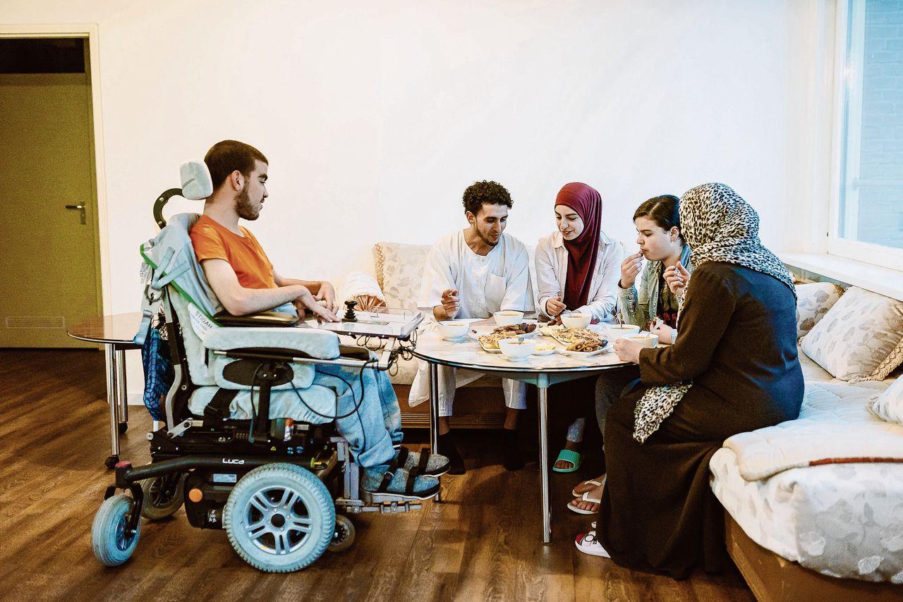 De familie El Amrani aan de maaltijd. De ramadan, op 27 mei begonnen, eindigt 24 juni 's avonds. Dan volgt het Suikerfeest.