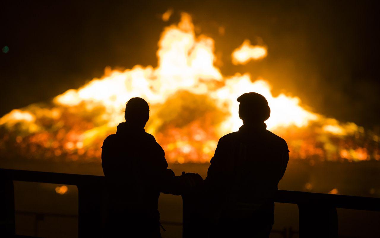 De vreugdevuren op de stranden van Duindorp en Scheveningen werden decennialang gedoogd om te voorkomen dat er elders in Den Haag onrust uitbrak.