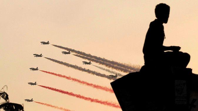 De luchtmacht vloog vandaag in formatie over het Tahrirplein.