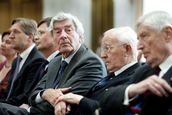 Oud-premier Ruud Lubbers (midden) en oud-premier Dries van Agt (uiterst rechts) op het Binnenhof voorafgaand aan de presentatie van de Canon van de christendemocratie.