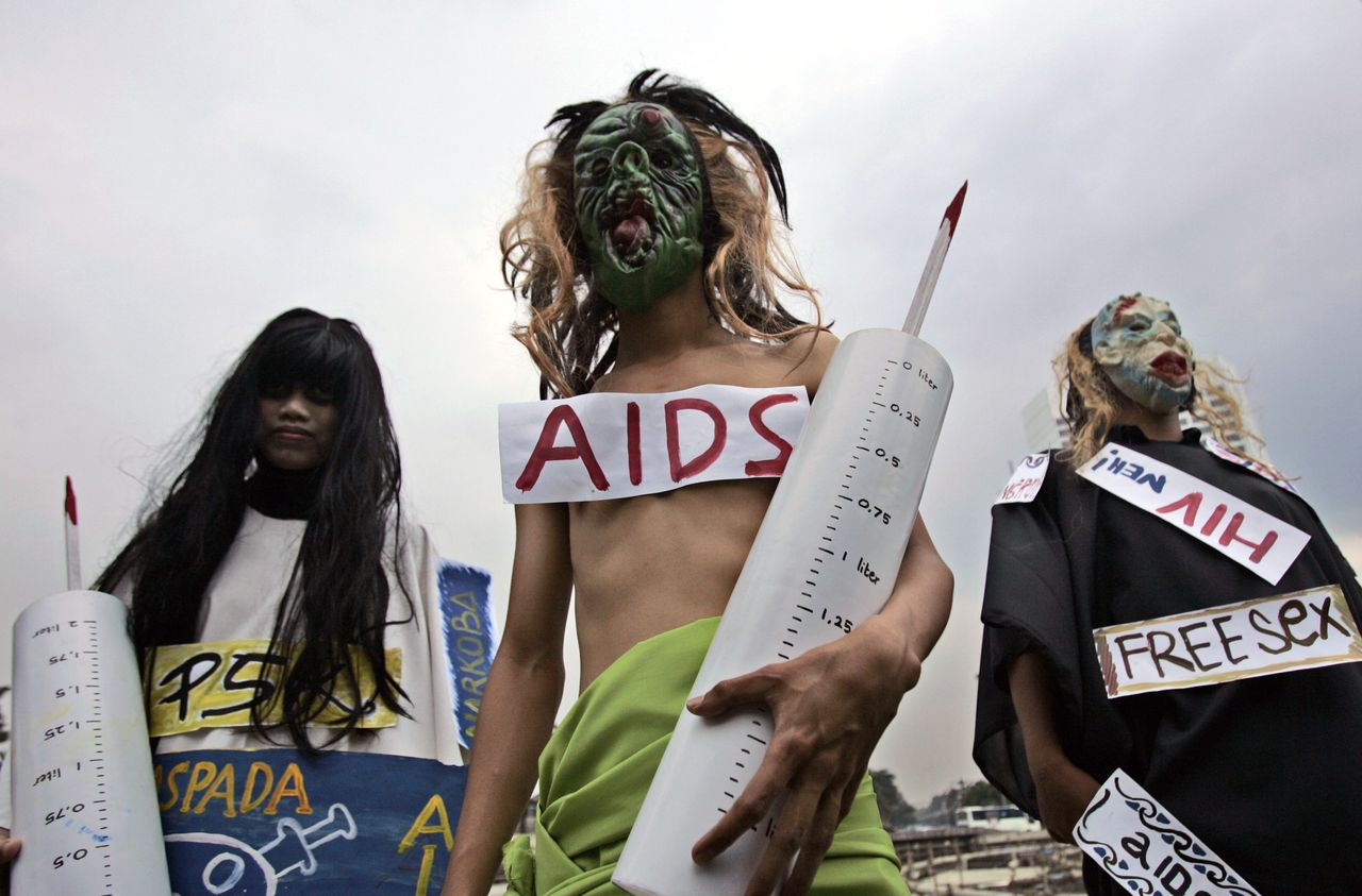Demonstranten in Jakarta op Wereldaidsdag, 1 december '08. Foto AP Indonesian activists hold mock hypodermic syringes and wear masks to depict HIV during a demonstration commemorating AIDS Day in Jakarta, Indonesia, Dec. 1, 2008. (AP Photo/Tatan Syuflana)