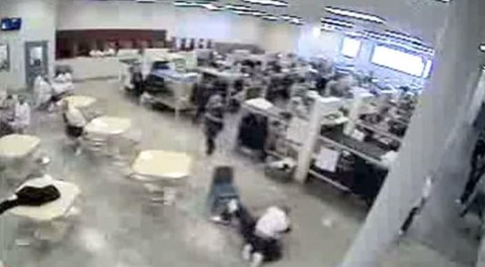 Incident in gevangenis in Idaho waarbij de bewakers pas na een tijdje ingrepen bij een vechtpartij tussen twee gedetineerden.