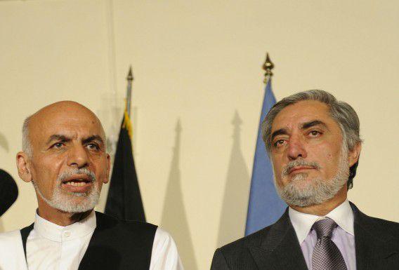 Ashraf Ghani (L) en Abdullah Abdullah zijn het eens geworden over een regering van nationale eenheid.