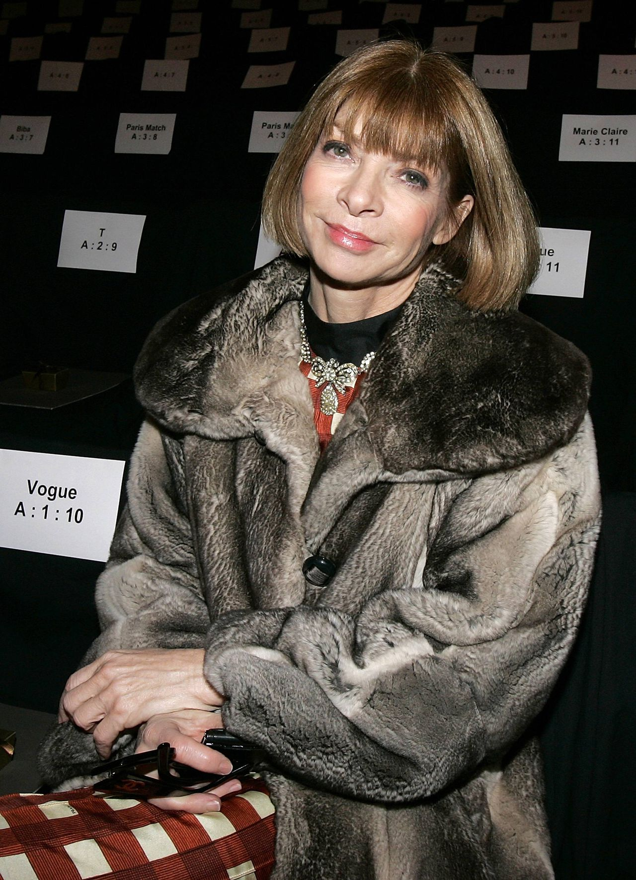 Foto Reuters Vogue editor Anna Wintour waits before the Max Azria 2008/2009 fall collection show during New York Fashion Week February 4, 2008. REUTERS/Carlo Allegri (UNITED STATES)