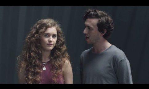 Zangeres Rae Morris (links) met de Londense artiest Fryars in de videoclip van 'Cold'. Morris staat op de longlist van de BBC Sound of 2015, een lijst met veelbelovende artiesten voor volgend jaar.