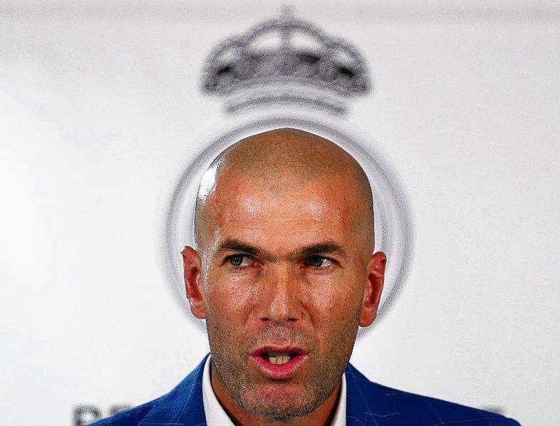 Zidane voor het logo van Real Madrid.