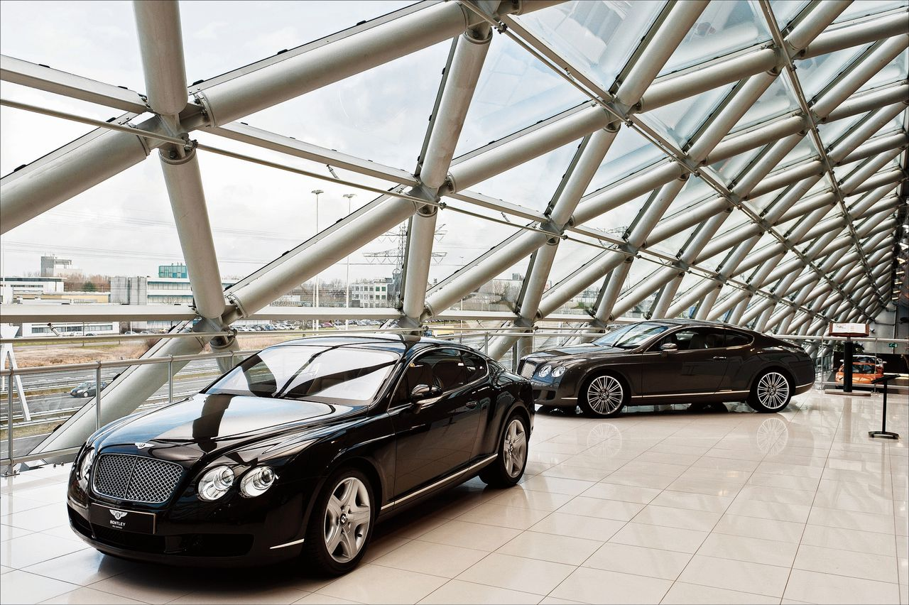 Luxe Bentleys in de showroom, langs de A2 in Utrecht.