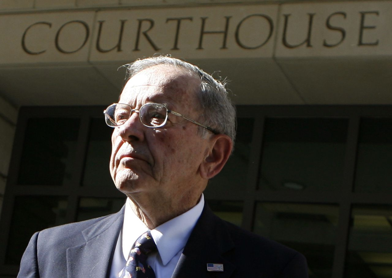 "Ted Stevens voor het gerechtsgebouw in Washington (Foto Reuters) Alaska Republican Senator Ted Stevens departs the U.S. District Court in Washington October 22, 2008. Stevens took many expensive gifts and tried to avoid publicly disclosing them, prosecutors said on Tuesday, but the Alaska Republican's lawyer declared him an ""innocent man"" in a corruption case that may decide his political future and the Senate's makeup. REUTERS/Kevin Lamarque (UNITED STATES)"