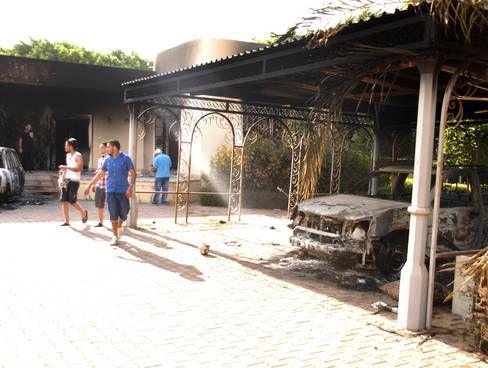 Uitgebrande auto op het terrein van het Amerikaanse consulaat in Benghazi (foto AP)