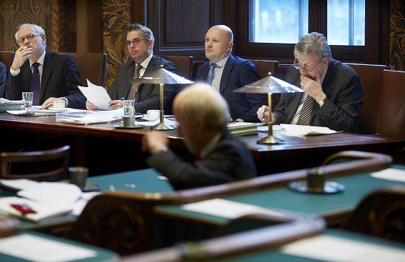 Initiatiefnemers Jan de Wit (SP), Gerard Schouw (D66), oud-Kamerlid Boris van der Ham (D66) en minister Ivo Opstelten tijdens het Initiatiefvoorstel-Schouw en De Wit over de opheffing van het verbod op godslastering.