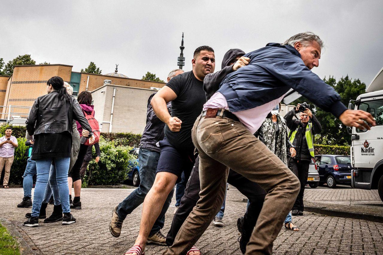 Pegida-voorman Edwin Wagensveld vlucht weg nadat hij wordt aangevallen bij de Al-Fourqaanmoskee in Eindhoven.