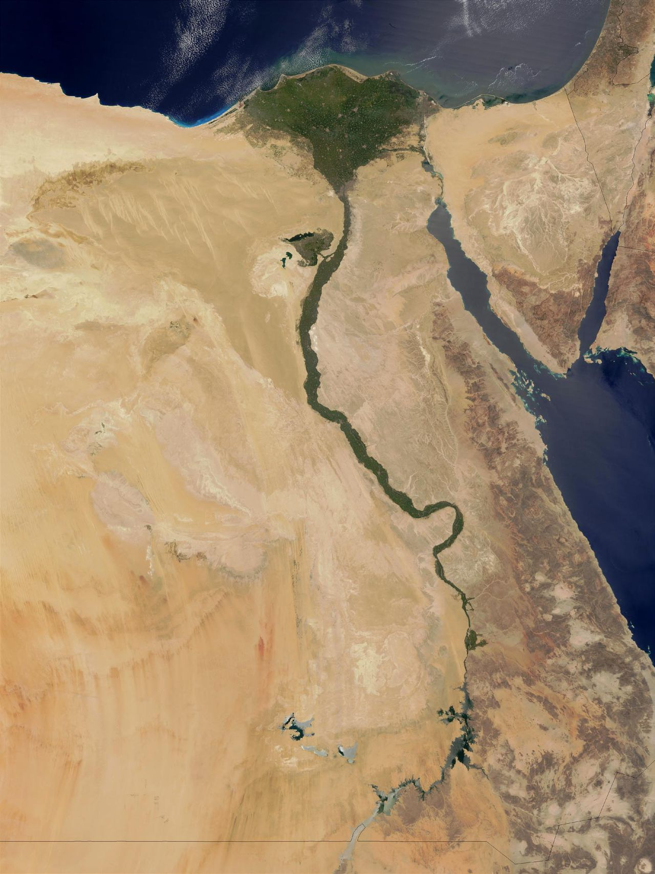 Satellietfoto van het stroomgebied van de Nijl. Landen in dit gebied maken ruzie over het Nijlwater. Foto AFP This NASA Terra satellite image released 28 August, 2003 shows the lower Nile River valley. For thousands of years, the lower Nile valley (northern end) has been a cradle of civilization. Surrounded by deserts, the Nile river brings much-needed water to the land and people, making the valley into an oasis of agriculture and life. In this true-color image captured 23 August the valley snakes in a green line from Lake Nasser in southern Egypt (Bottom) to the edge of the Mediterranean Sea (Top), where it widens out into a vast delta. AFP PHOTO/NASA