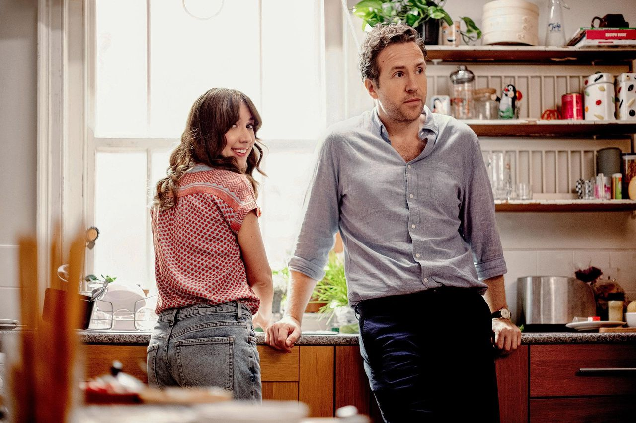 Esther Smith en Rafe Spall in de serie 'Trying'.
