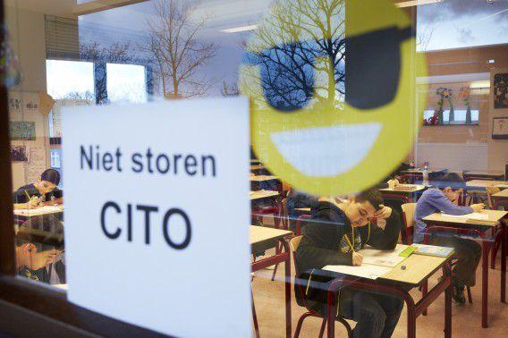 Leerlingen van de Prinses Marijkeschool buigen zich over de Cito-toets vorig jaar februari.