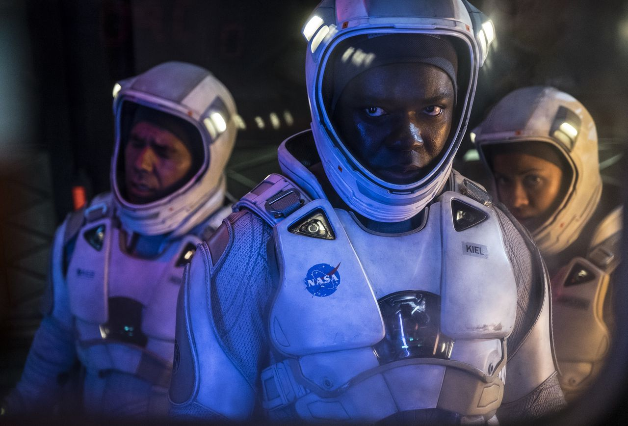 John Ortiz en David Oyelowo in The Cloverfield Paradox. De release van de film was een grote verrassing.