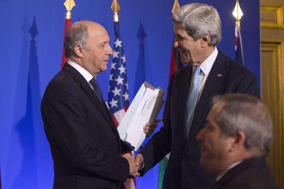 De Franse minister van Buitenlandse Zaken Laurent Fabius en ambtgenoot John Kerry bij een persconferentie van de Vrienden van Syrië in Parijs.