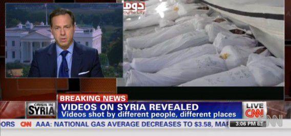 Screenshot van de uitzending van CNN gisteravond over de compilatievideo met daarop vermoedelijk beelden van slachtoffers van de gifgasgasaanval in Syrië.