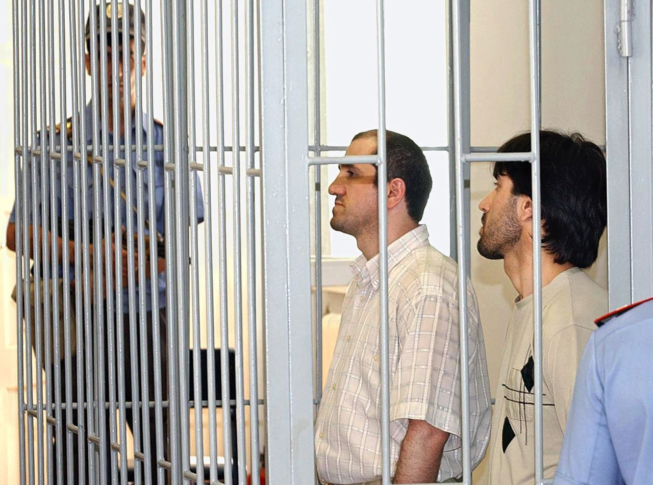 Twee verdachten in een (andere) rechtzaak in Dagestan. Foto Itar-Tass ITAR-TASS 40: MAKHACHKALA, DAGESTAN, RUSSIA. JULY 8. Defendants Murad Abdurazakov (R) and Abdulkhalim Abdulkarimov are awaiting the verdict in Daghestan's Supreme Court. They were charged with responsibility for the Kaspiisk explosion of May 9th 2002, which killed 45 people and injured more than 100. (Photo ITAR-TASS / Sergei Rasulov)
