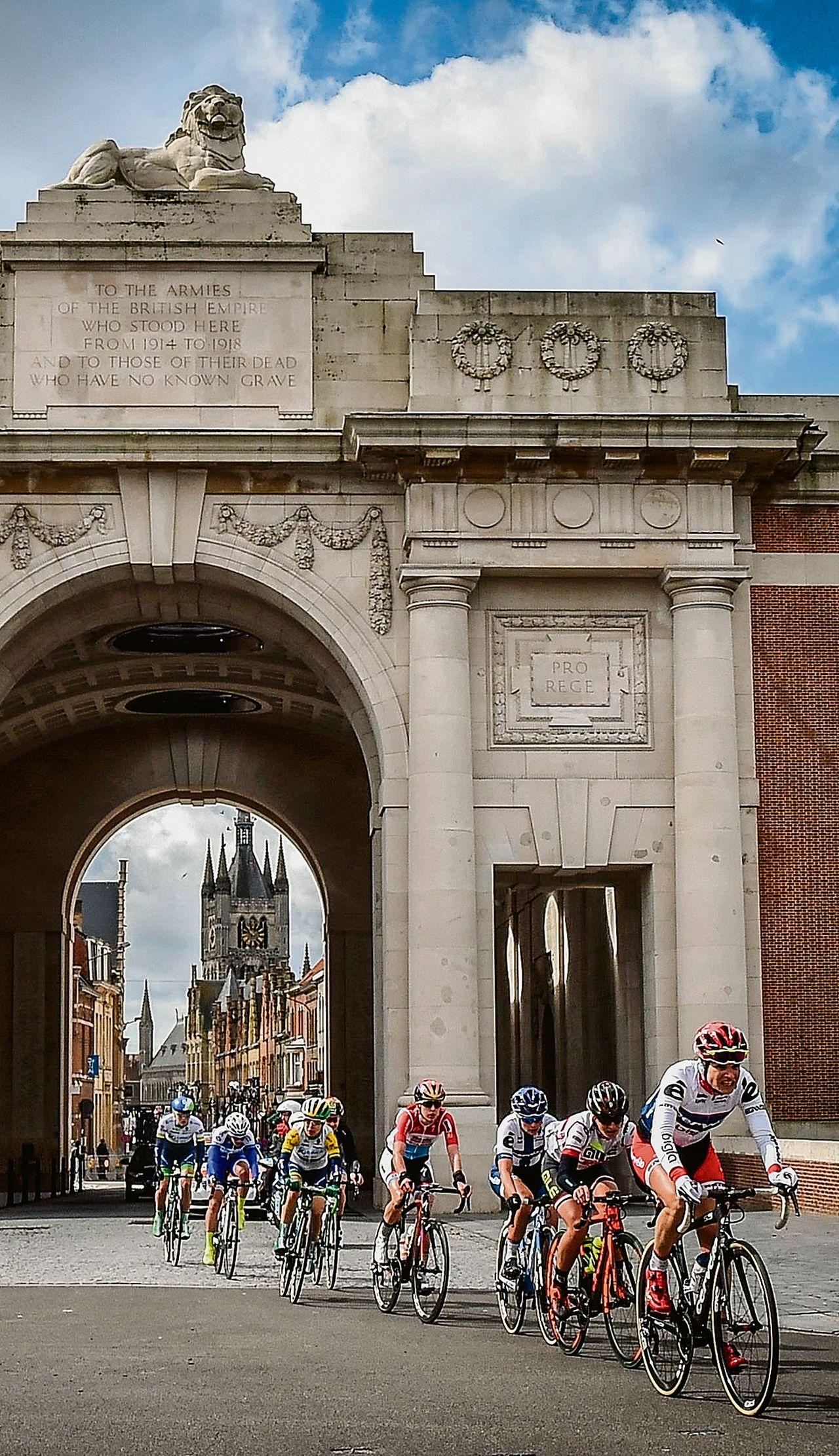 Het peloton bij de Menenpoort in Ieper, zondag in de slotfase van Gent-Wevelgem, na het ongeluk met Demoitié.