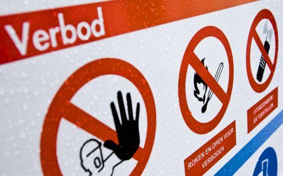 Verbodsbord bij een installatie voor ondergrondse gasopslag in een leeg gasveld in het Groningse Norg.