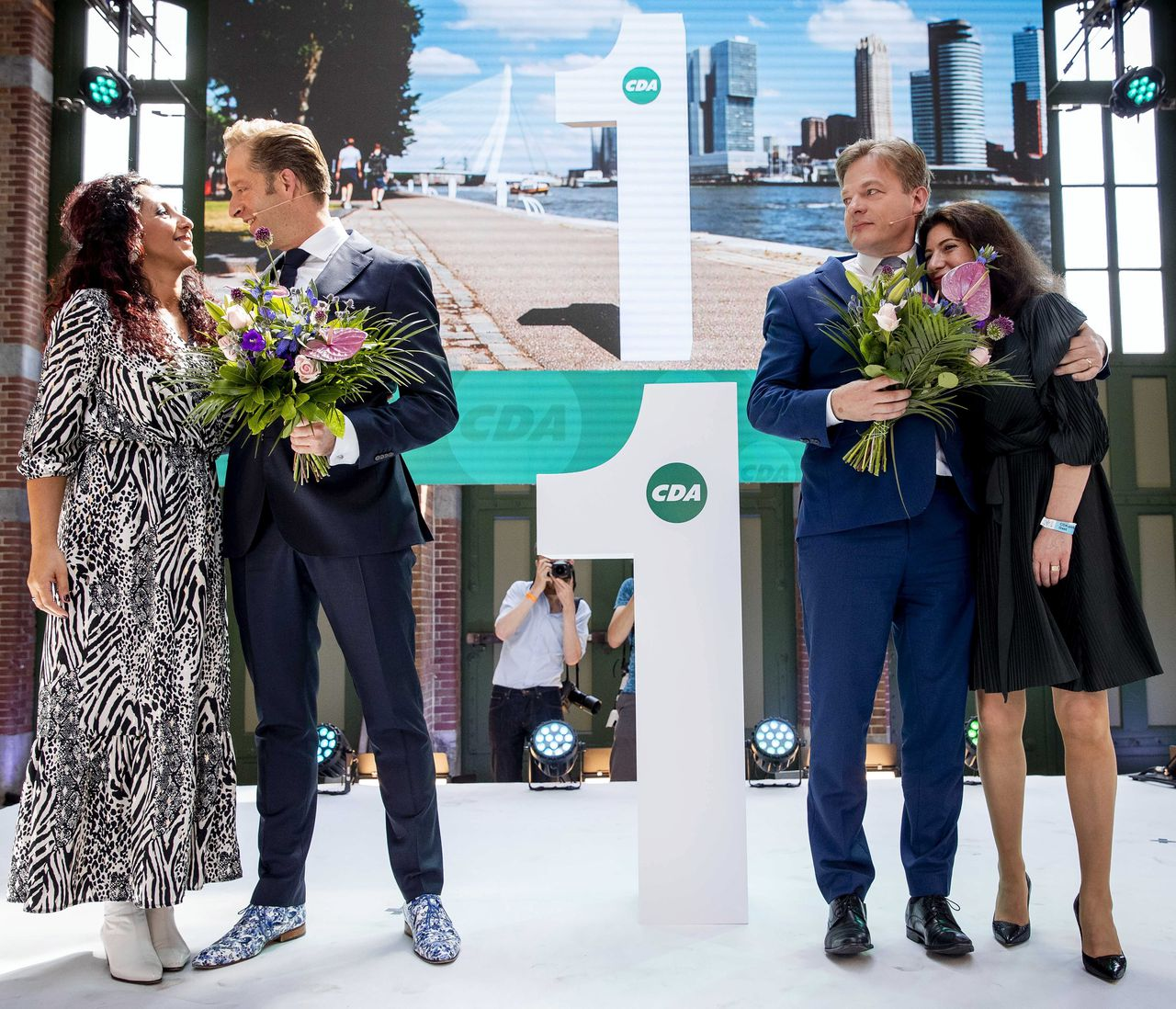 Minister Hugo de Jonge en Pieter Omtzigt en hun partners tijdens de bekendmaking van de uitslag van de tweede stemronde om het lijsttrekkerschap van het CDA.