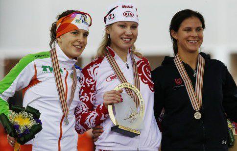 Het podium op de 1.000 meter vorig jaar in Sotsji tijdens de WK afstanden. Van links naar rechts: Ireen Wüst, Olga Fatkoelina en Brittany Bowe.