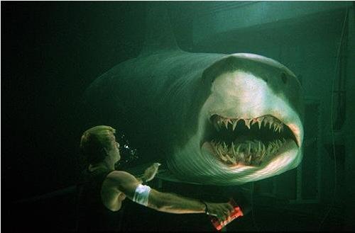 tv film Deep Blue Sea (Renny Harlin, 1999) SBS6, 23.25-01.20u. Eenduidige, maar technisch uiterst vakkundige thriller, waarin medewerkers van een ingestort onderwaterlaboratorium belaagd worden door genetisch gemanipuleerde en daardoor relatief intelligente haaien. De amusante B-film knipoogt flink naar Jaws, maar is lang niet zo spannend. Volgt het principe van de tien kleine negertjes. Wie blijft er aan het eind in leven? Met onder anderen Samuel L. Jackson, LL Cool J en Saffron Burrows.
