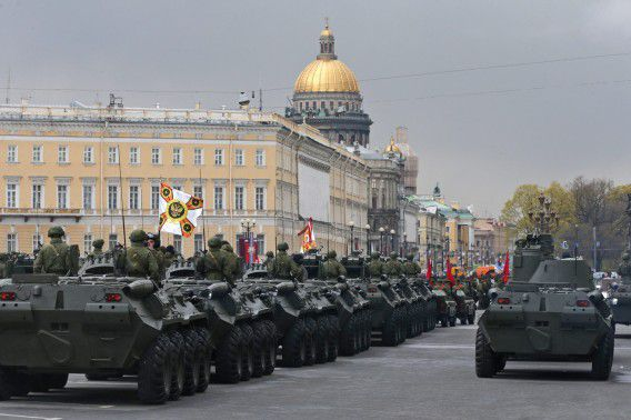 Russische militaire voertuigen tijdens een parade.