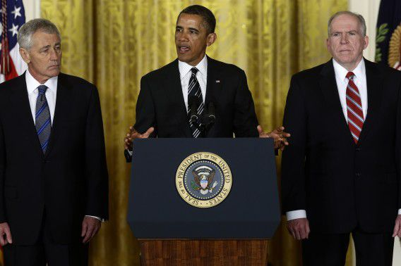 President Obama tijdens de aankondiging van de kandidaten voor de posten van minister van Defensie (Chuck Hagel, links) en de nieuwe CIA-directeur (John Brennan, rechts). Foto AP / Charles Dharapak