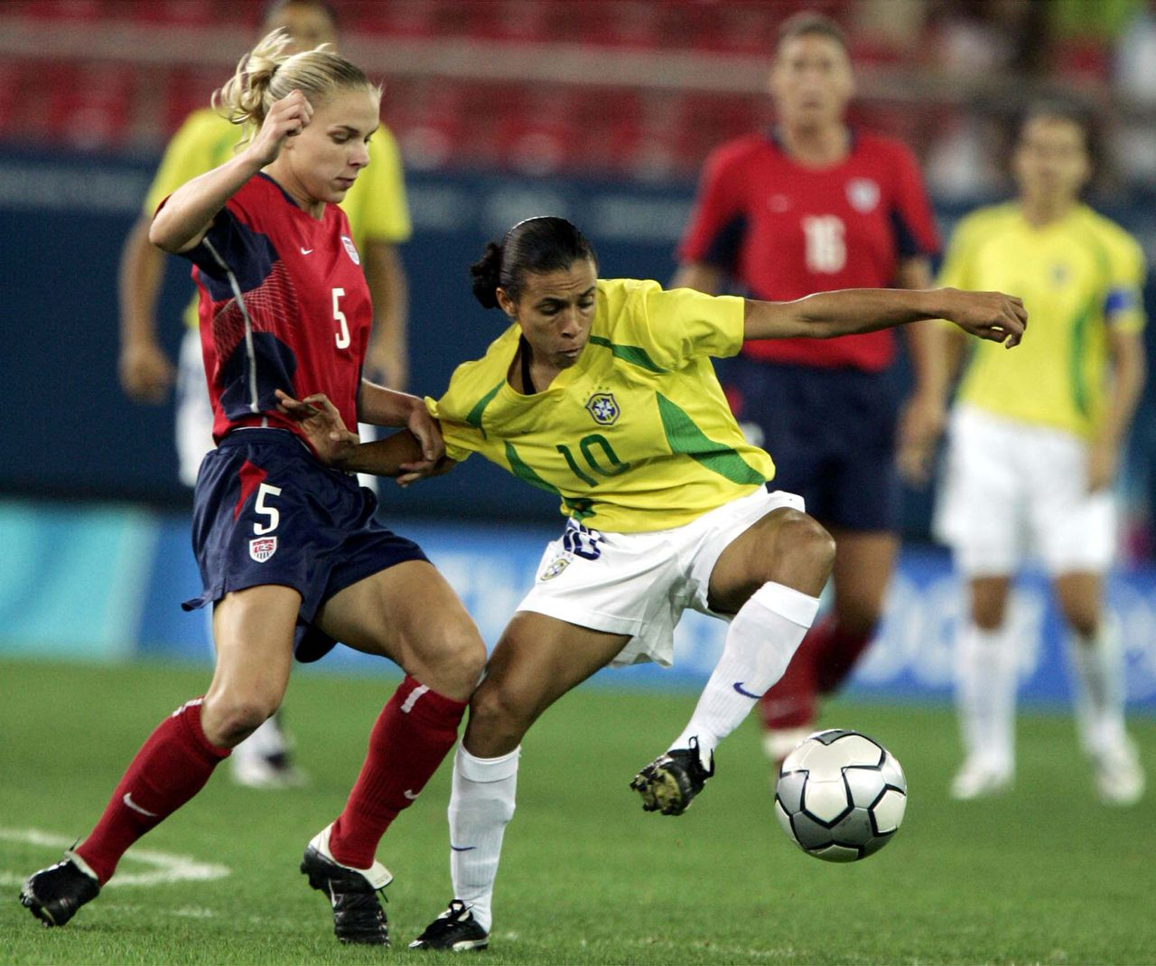 Wereldvoetbalster van het jaar Marta aan de bal tegen Amerika in de olympische finale van 2004. Foto AP ** FILE ** Brazil's Marta, right, and USA's Linsdsay Tarpley go for the ball during a gold medal women soccer game between USA and Brazil for the Athens 2004 Olympics at the Karaiskaki stadium in Athens, on Thursday Aug. 26, 2004. Fabio Cannavaro of Italy and Brazilian Marta have been crowned the F.I.F.A. World Player and the F.I.F.A. Women's World Player respectively for the year 2006 in a gala awards ceremony held in Zurich, Switzerland Monday Dec. 18 2006. (AP Photo/Kevork Djansezian)
