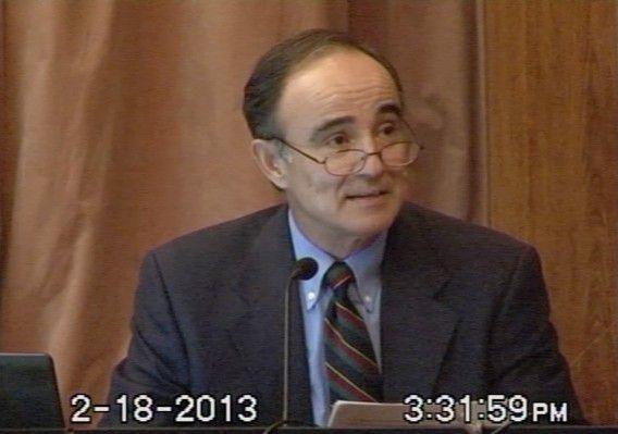 Een videostill van Julio Poch tijdens een openingsverklaring bij de rechtbank op de eerste dag van het proces.