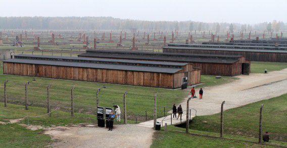 Gerestaureerde houten barakken in concentratiekamp Auschwitz.
