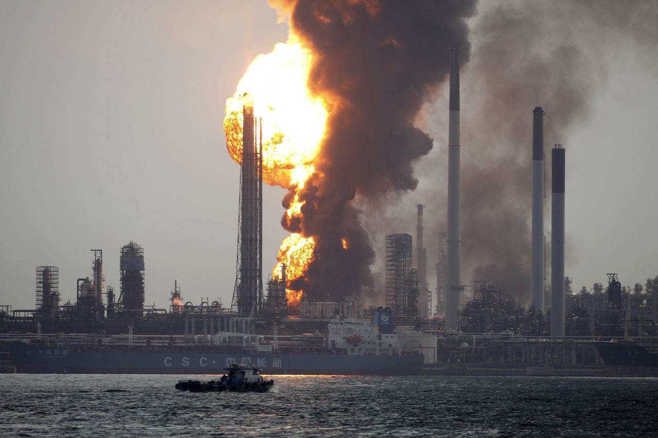 Smoke and flames engulf the Royal Dutch Shell's Pulau Bukom offshore petroleum complex in Singapore September 28, 2011. A fire at Royal Dutch Shell's petroleum complex offshore Singapore has intensified, a senior company official said. REUTERS/Edgar Su (SINGAPORE - Tags: BUSINESS DISASTER ENERGY TPX IMAGES OF THE DAY)