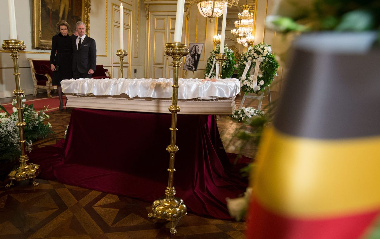 epa04521719 Belgian King Philippe (R) and Queen Mathilde pay tribute at the coffin of Queen Fabiola as it is displayed at Brussels Royal Castle, in Brussels, Belgium, 09 December 2014. Belgium's former Queen Fabiola died aged 86 at Stuyvenberg Castle on 05 December. The national funeral will take place on 12 December. EPA/BENOIT DOPPAGNE/ POOL