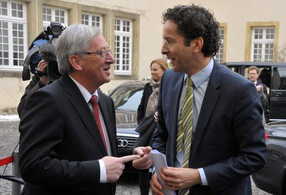 epa03542607 Dutch Finance Minister Jeroen Dijsselbloem (R) is welcomed by Luxembourg Prime Minister Jean Claude Juncker (L), prior their meeting at Luxembourg State Ministry, in Luxembourg, 18 January 2013. EPA/NICOLAS BOUVY