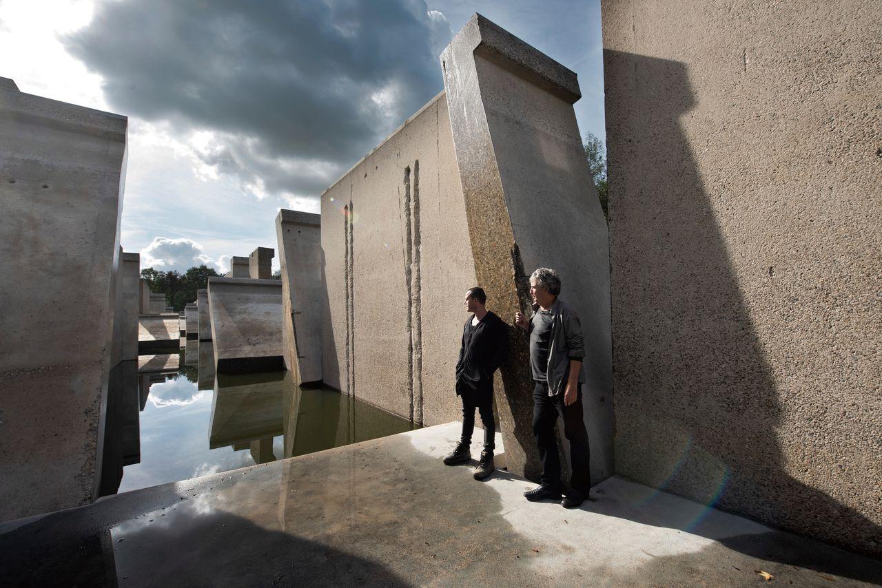 Ronald Rietveld (links) en Erick de Lyon in hun kunstwerk Deltagoot // in de Noordoostpolder.