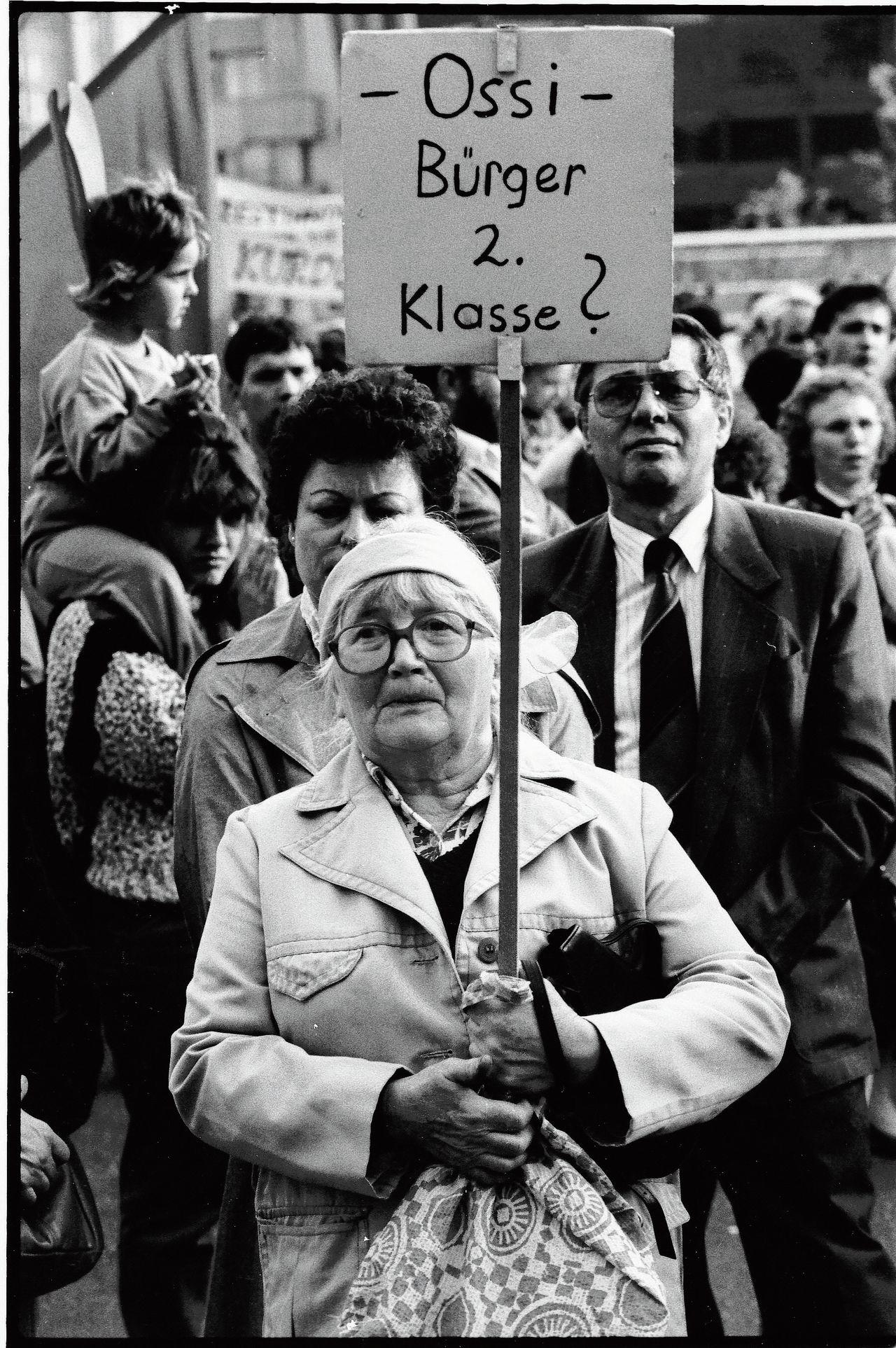 Een inwoner van de DDR voelt zich tijdens een demonstratie in Leipzig in maart 1990, een half jaar voor de eenwording van Duitsland, tweederangs burger.