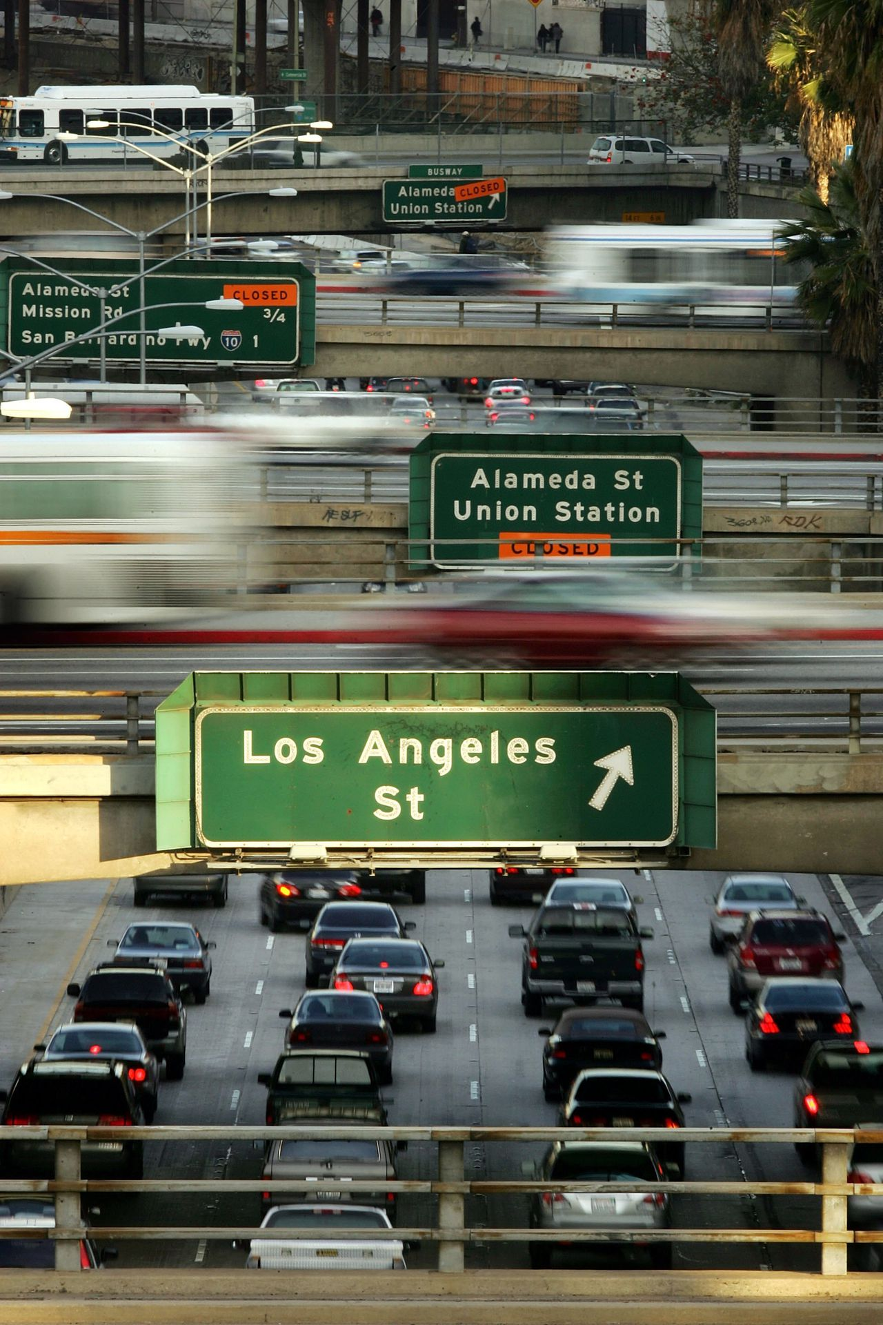 Correspondent Freek Staps (VS) verbaast zich over het tolsysteem op de snelwegen van Los Angeles Californië. Rush hour traffic clogs the 101 freeway and overpasses 22 March 2006 in Los Angeles, California. According to a recent report by the Environmental Protection Agency (EPA), Los Angeles ranks only behind New York with the dirtiest and most hazardous air to breathe. Although Angelinos breathe cleaner air than they did in the 1970's, they face a cancer risk that is about twice the national average. David McNew/Getty Images/AFP =FOR NEWSPAPER AND TV USE ONLY= MORE PHOTOS ON IMAGEFORUM