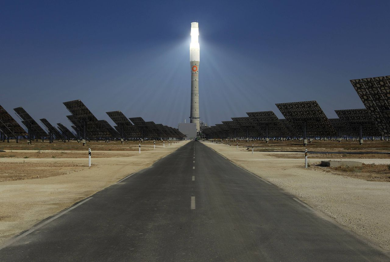"""The new solar power plant """"Gemasolar"""" is pictured the day of its inauguration in Fuentes de Andalucia, southern Spain October 4, 2011. REUTERS/Marcelo del Pozo (SPAIN - Tags: ENERGY ENVIRONMENT BUSINESS SOCIETY)"""