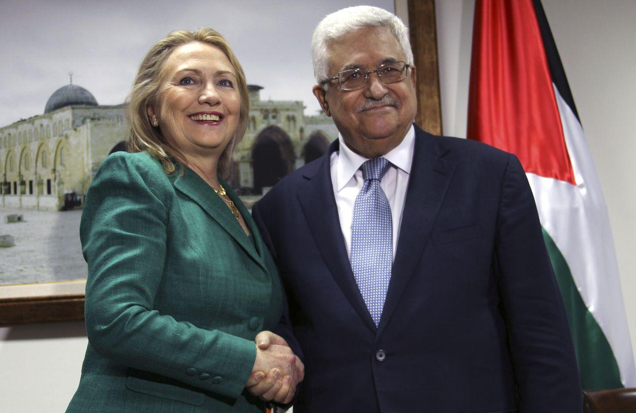 Clinton met de Palestijnse president Mahmoud Abbas, die ze eerder vandaag sprak in Ramallah. Ook sprak ze vandaag met Netanyahu, voordat ze naar Egypte vloog voor overleg met Morsi.