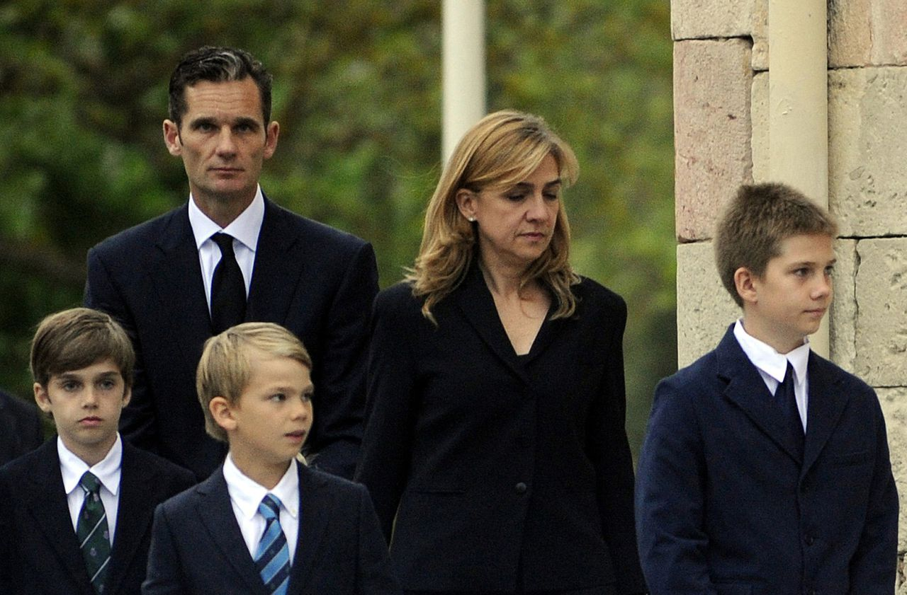 (FILES) A file picture taken on May 12, 2012 shows Spain's Duke of Palma and son-in-law of Spain's King Juan Carlos, Inaki Urdangarin (L), arriving with his wife Spain's Princess Cristina (C) and their children at San Prudencio church in Vitoria, to attend a funeral ceremony for his father. Spain's Princess Cristina has been summoned to testify as a suspect in a corruption case involving her husband, a court official said on April 3, 2013, an historic blow to the prestige of the royal family including her father King Juan Carlos. The princess must testify as a suspect on April 27 at the court in Palma on the Mediterranean island of Mallorca in a case centred on accusations of embezzlement and influence peddling by her husband, Inaki Urdangarin. AFP PHOTO / RAFA RIVAS