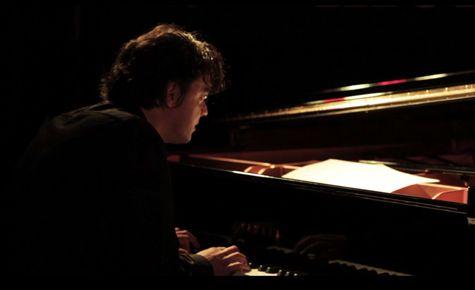 Wolfert Brederode aan zijn piano in het NRC Café.
