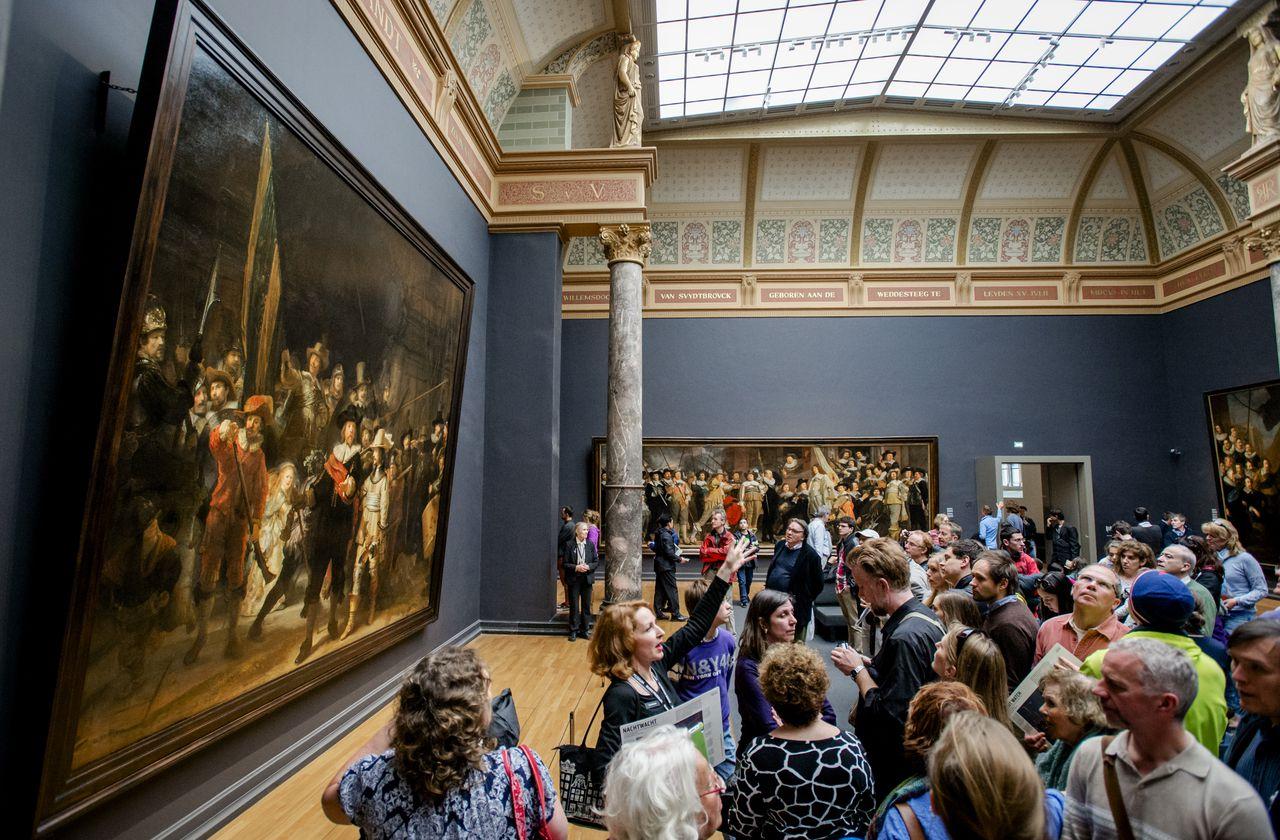 Drukte in het Rijksmuseum bij De Nachtwacht, het bekendste schilderij van Rembrandt.