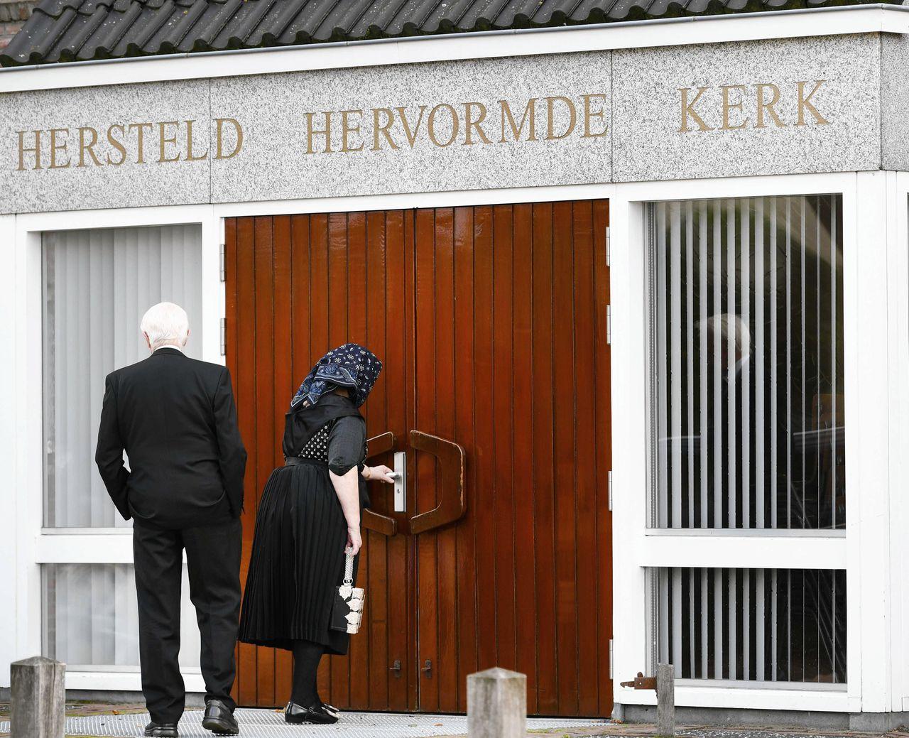 Bij de Hersteld Hervormde Gemeente in Staphorst mogen voortaan nog maar maximaal dertig kerkgangers naar binnen, in plaats van zeshonderd.
