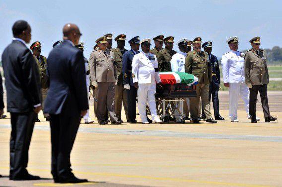 De kist met het lichaam van Mandela hier nog op het vliegveld van Waterkloof, voor vertrek naar de Oost-Kaap.
